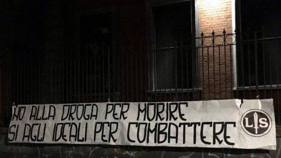 """Milano, i giovani di Forza Nuova contro il corso sulla cannabis. Striscione sul circolo Pd: """"La droga fa morire"""""""