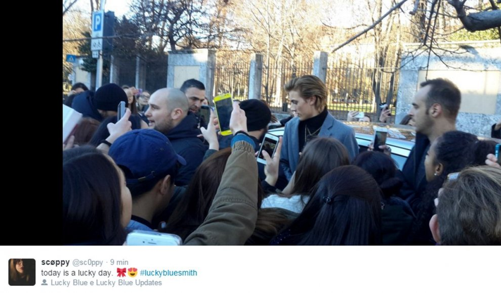 Milano, fan in delirio per Lucky Blue Smith: l'appuntamento nato sui social