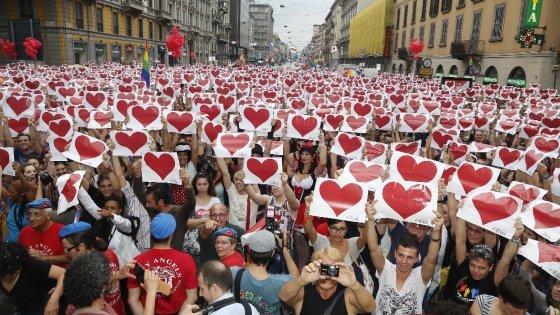 Unioni civili, la Regione Lombardia al Family day: gonfalone in piazza e slogan sul Pirellone. Polemiche