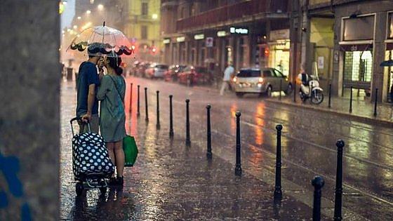 """Milano, """"cerco gli amanti sotto la pioggia"""": il fotografo romantico lancia il tam tam sui social"""