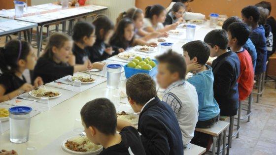 """Milano, scoppia il caso """"pizza gommosa"""": in 200 a scuola scelgono il pasto in bianco. Mensa in tilt"""