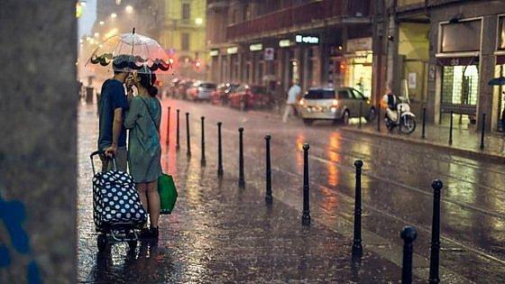 """Milano, trovati gli amanti sotto la pioggia. Il fotografo che li cercava sui social: """"Che felicità, sono ancora uniti"""""""