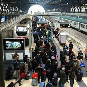 Milano, 18enne adescata su whatsapp violentata da due coetanei: arrestati