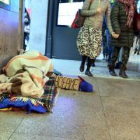 Milano, clochard morto al freddo: trovato sotto le coperte in una piazza, inutili i soccorsi