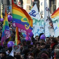 Milano, migliaia in piazza Scala per il flash mob #svegliatiitalia sulle unioni civili