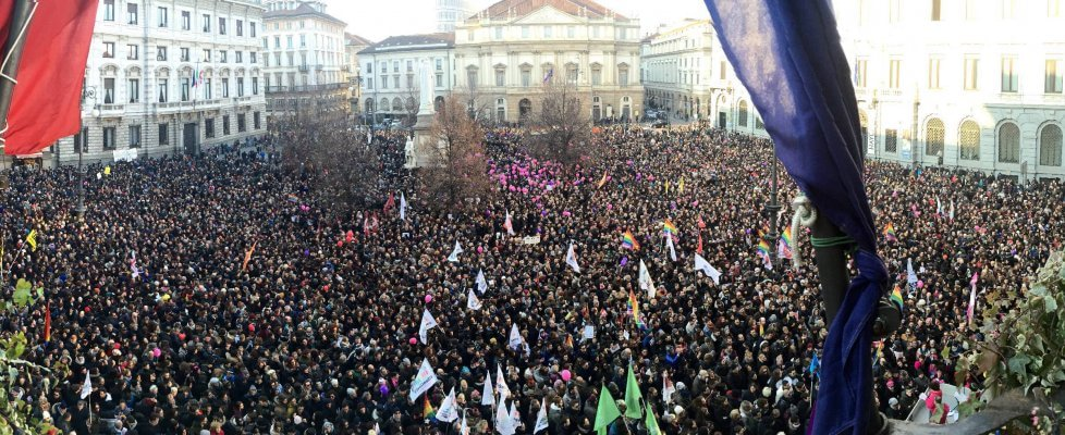 Unioni civili, sveglie in piazza della Scala: in migliaia al flash mob. Pisapia cita Neruda