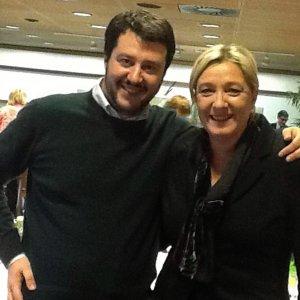 Milano, l'incontro Salvini-Le Pen con le altre destre anti europee: si alza la protesta