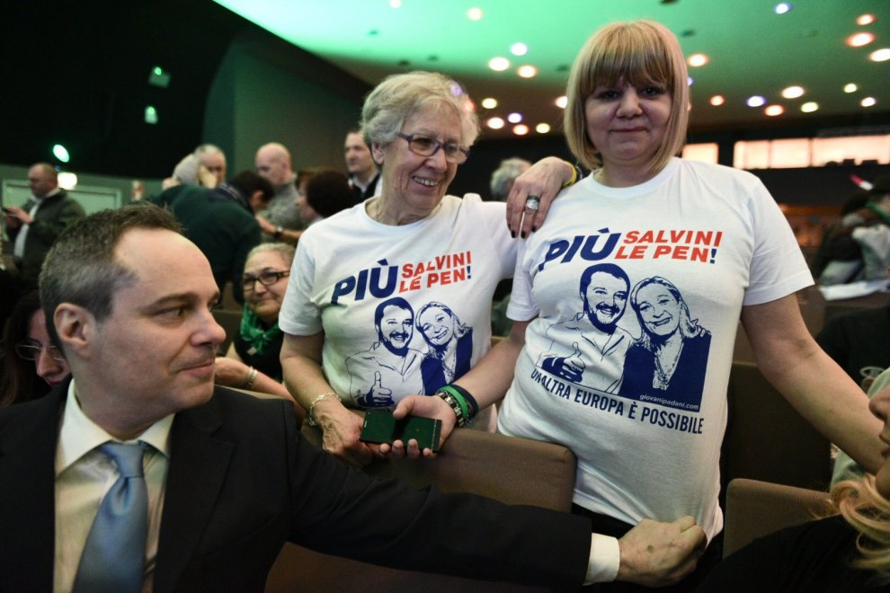 Milano, un nuovo gadget per Salvini: dopo le felpe, la T-shirt con Le Pen