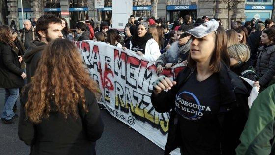 """Milano, studenti in corteo contro Salvini-Le Pen: """"Alimentano la paura"""""""