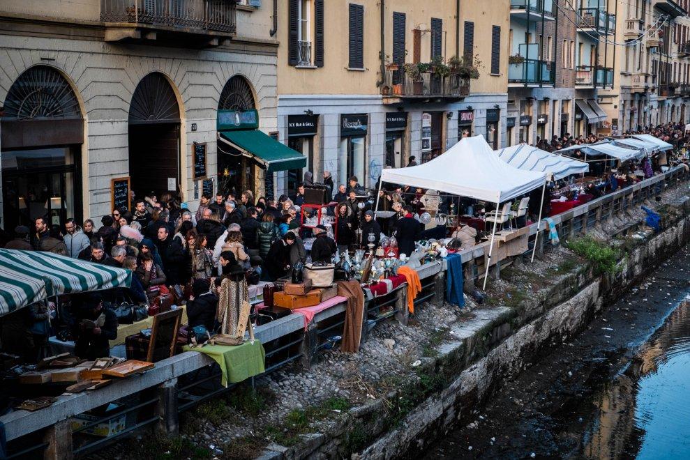 Milano folla lungo il naviglio grande per il mercatino for Mercatino antiquariato