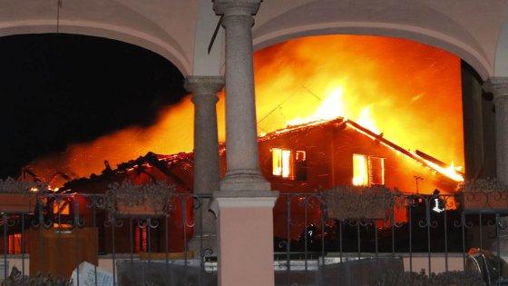 Varese, incendio devasta cinque abitazioni: notte fuori casa per otto famiglie