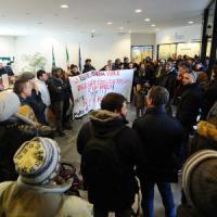 Milano, i movimenti per la casa occupano il Pirellone: Digos in Regione, tensione durante uno sfratto