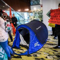 Casa, blitz al Pirellone: i manifestanti occupano l'ingresso