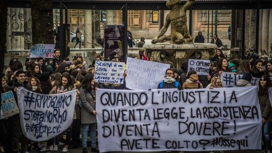 """Bergamo, prof licenziato per aver fatto pipì. In piazza 400 studenti: """"Così l'ingiustizia è legge"""""""