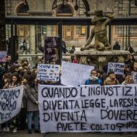 """Bergamo, prof licenziato per aver fatto pipì. In piazza 400 studenti: """"Così l'ingiustizia..."""