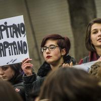 Bergamo, gli studenti del prof licenziato in piazza. Lo slogan è:
