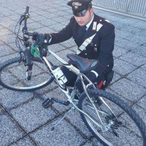 Rho, ritrova online la bici rubata e organizza la trappola: il ladro è il vicino di casa. Denunciato