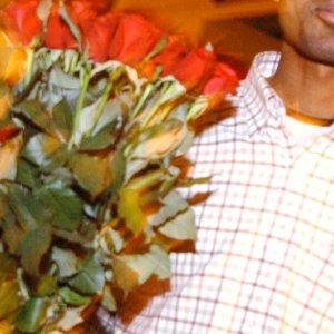 Milano, venditore di rose aggredito dal branco in strada: preso a calci e pugni, operato