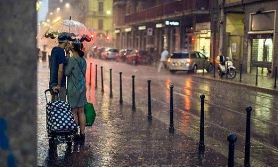 """Milano, gli innamorati della pioggia fotografati in strada: """"Facebook ci dava la caccia, che ridere"""""""