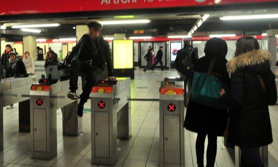 A Milano parte la guerra ai furbetti del metrò, si timbra anche per uscire: 5 euro i ticket last-minute