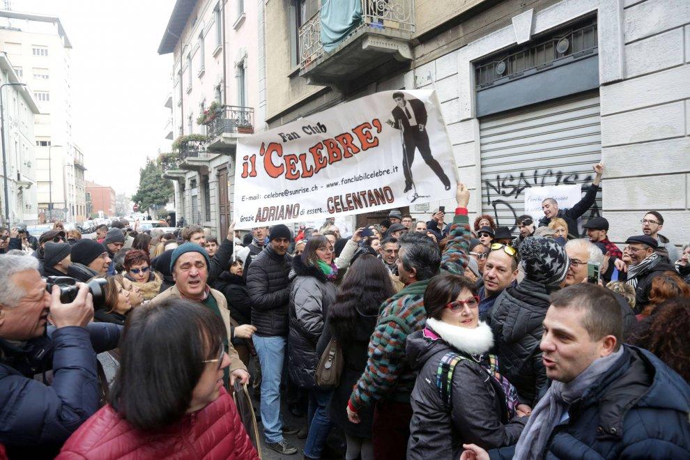 Milano, dopo 50 anni in centinaia in via Gluck per il sogno verde del Molleggiato