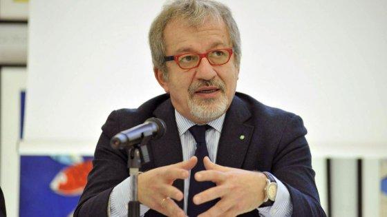 """Adozioni escluse dal bonus bebè, Maroni: """"Premia solo natalità"""". Pd all'attacco"""