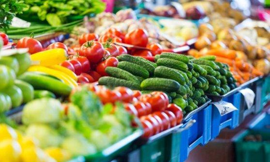 Amazon spinge sulla spesa formato app, consegne in un'ora di frutta e verdura. Milano apripista