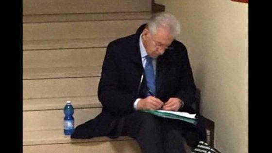 """Lo humour di Monti sulla foto virale: """"Non sono un cordialone, ma la gente mi apprezza"""""""