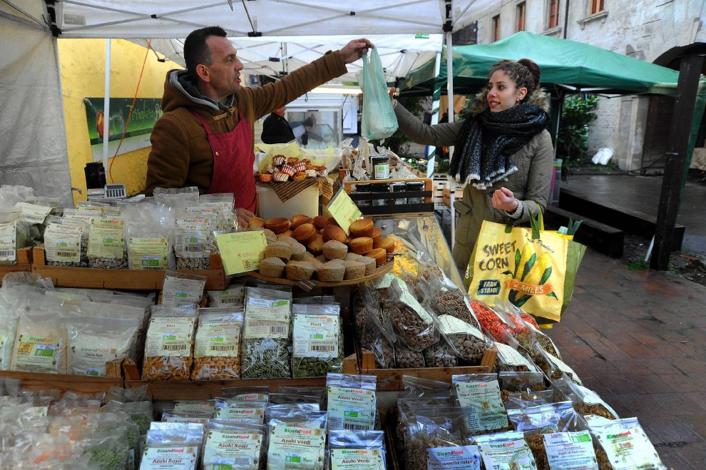 Milano mercato agricolo alla cascina cuccagna la spesa for La cascina cuccagna milano