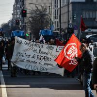 Milano, la protesta degli antagonisti davanti al tribunale