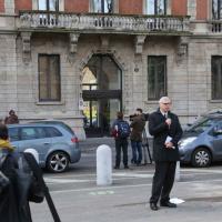 Morte Umberto Eco, la rosa bianca dello studente davanti alla casa di Milano