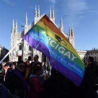 Milano, flash mob per i diritti civili: piazza Duomo è arcobaleno