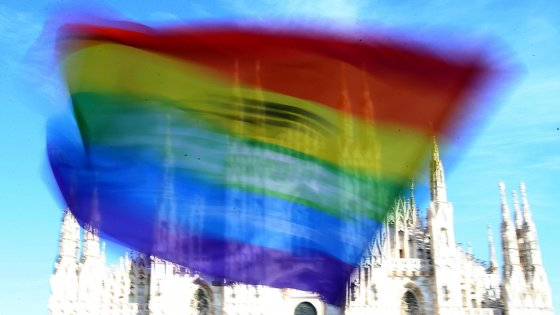 """Milano, il Duomo in tinte arcobaleno: """"Diecimila in piazza per i diritti civili"""""""