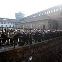 La morte di Umberto Eco, folla al Castello per l'addio: migliaia in coda