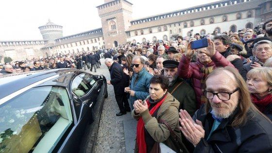 """Morte di Umberto Eco, in migliaia al Castello Sforzesco per l'addio laico: """"Grazie maestro"""""""