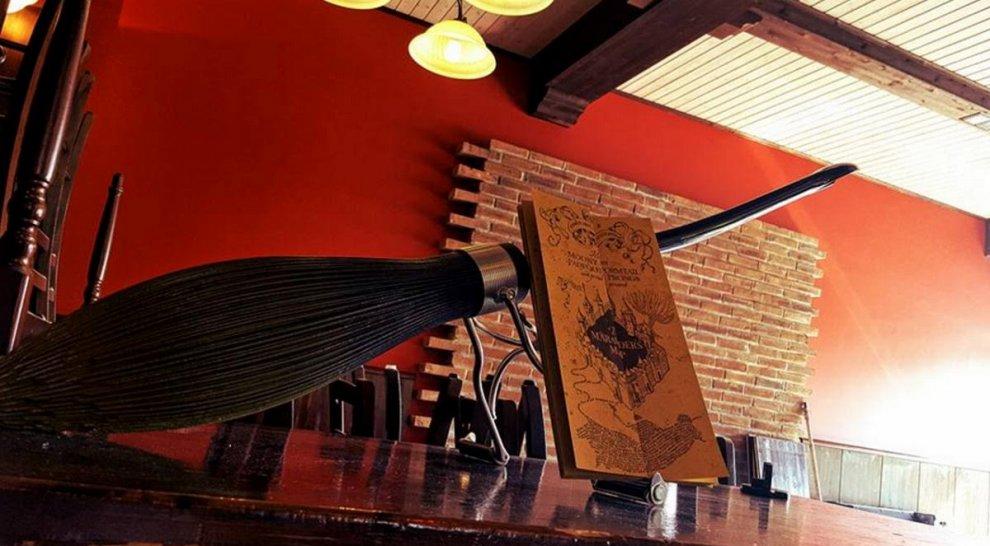 Dal parcheggio delle scope al Cappello Parlante: il pub a tema Harry Potter