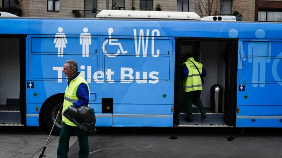 """Milano, debutta il primo toilet bus d'Europa: """"Un'idea copiata dalla Cina per mantenere il decoro in città"""""""