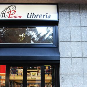 Milano, la suora acciuffa il ladro e non molla la presa: trascinata giù per le scale, arrestato