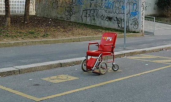 """Il car sharing per i disabili"", la carrozzina 'No-Joy' è una provocazione d'artista"