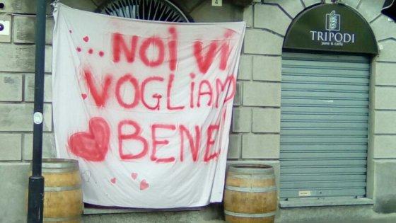 """'Ndrangheta Lombardia, """"noi vi vogliamo bene"""": striscione di solidarietà fuori dal bar """"infiltrato"""""""