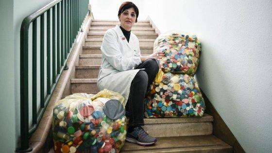 """Milano, """"la raccolta dei tappi per finanziare gli studi sui linfomi"""": al Niguarda la ricerca è fai da te"""