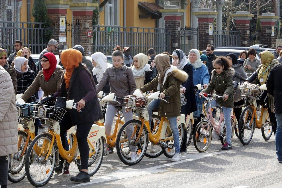 Milano, la biciclettata delle donne musulmane contro la violenza e le discriminazioni
