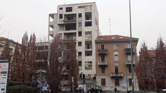 Milano, clochard 40enne trovato morto: era nel palazzo abbandonato di via Lattanzio