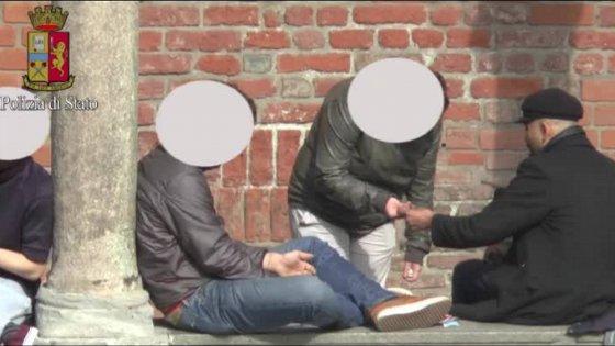 Milano, il mercato all'aperto della droga nel chiostro della Statale: gli arresti nel cuore dell'università