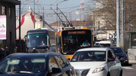Milano, sciopero dei trasporti e cortei: traffico in tilt con assalto ai taxi. Scintille sull'Area C