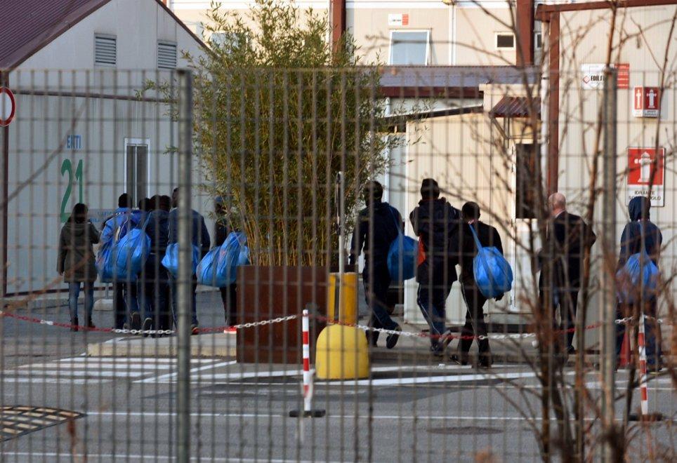 Milano, l'arrivo dei primi profughi nel campo base di Expo