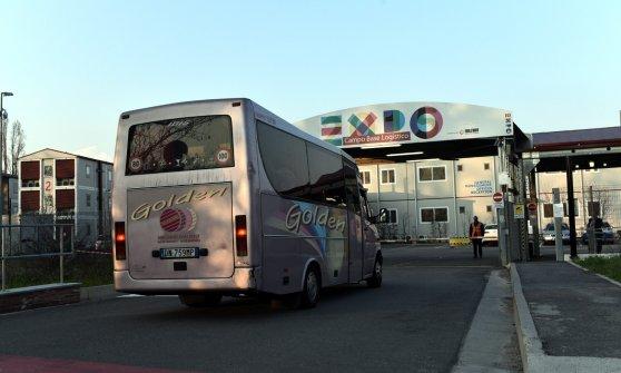 """Profughi, centro di accoglienza nell'ex campo base di Expo: i primi 100 profughi. Maroni: """"Inaccettabile"""""""