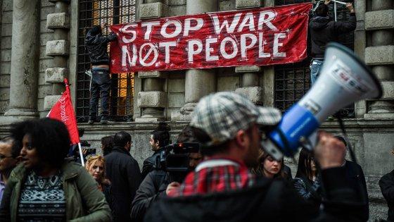 """Bruxelles sotto attacco, Milano scende in piazza: """"Il terrorismo non vincerà"""""""