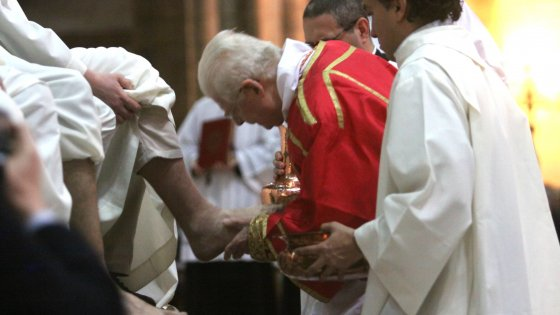 Milano,  Scola accoglie l'invito del Papa: per la prima volta la lavanda dei piedi alle donne in Duomo