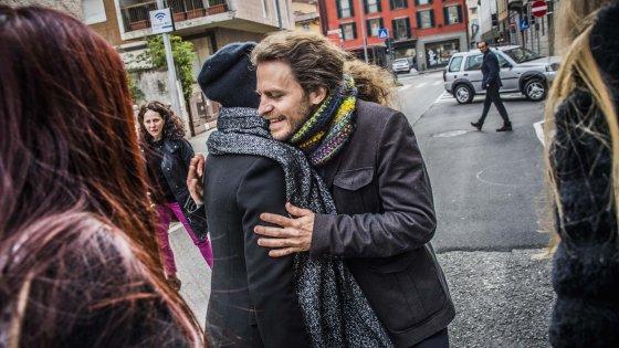 Bergamo, prof licenziato per una pipì sarà reintegrato: fuori dal tribunale l'abbraccio con i ragazzi
